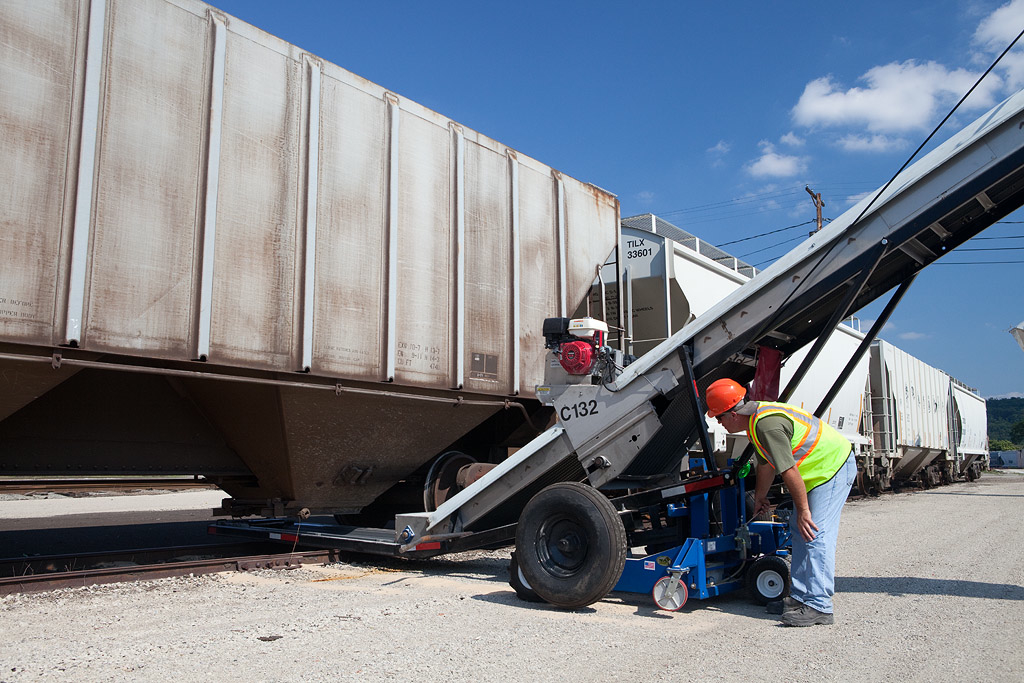 Positioning sand conveyors for truck loading